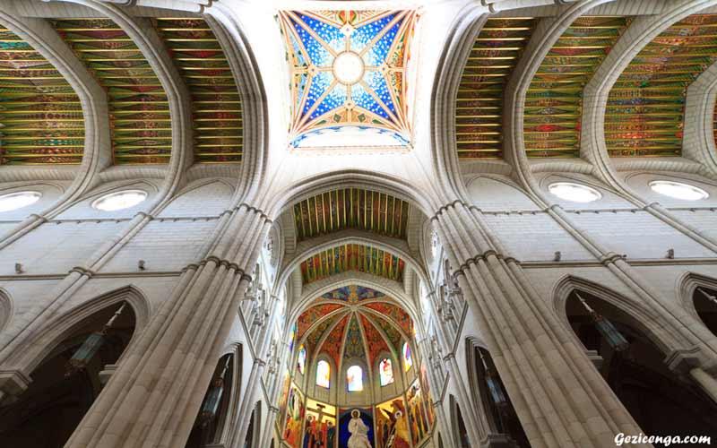 Almudena Katedrali Madrid