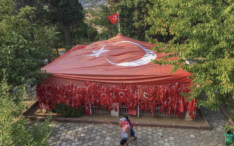 Bayraklı Baba Türbesi Çanakkale