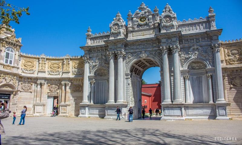 Sarayın ana girişi