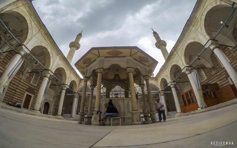 Laleli Camii, İstanbul camileri arasında en ünlü olanlardan biridir.