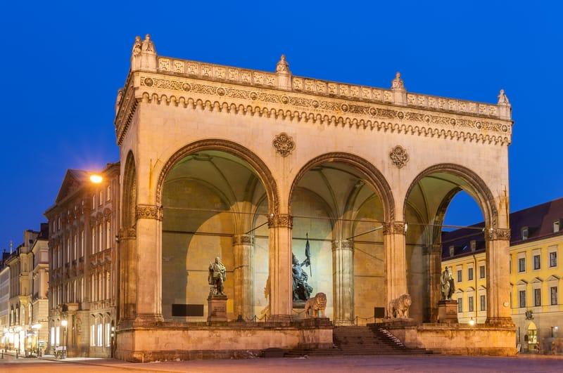 Odeonsplatz Meydanı