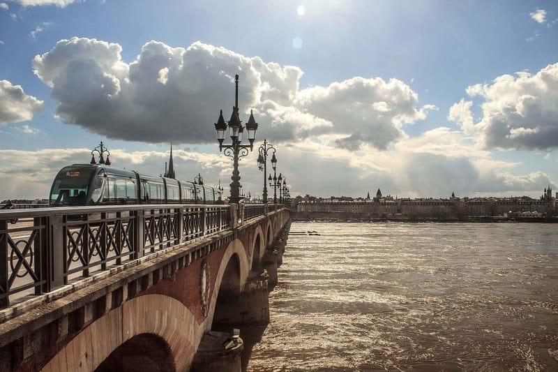 St Pierre Köprüsü ve Pierre Bölgesi